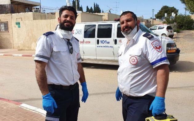 Un paramédico musulmán y otro judío hacen una pausa para rezar juntos.