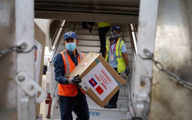 Los suministros médicos se transportan desde un avión con suministros donados. Fotos: Reuters.