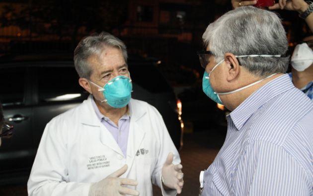 El ministro de Salud, Juan Carlos Zevallos (izquierda) resalta la tasa de mortalidad en el Ecuador, inferior a la media.