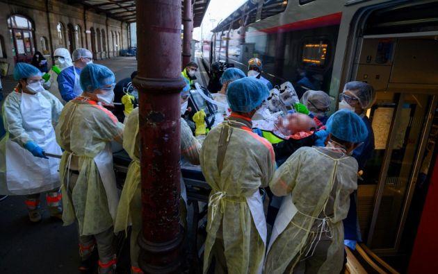 También muere gente joven y sana ante el estupor de médicos y científicos. Foto: AFP