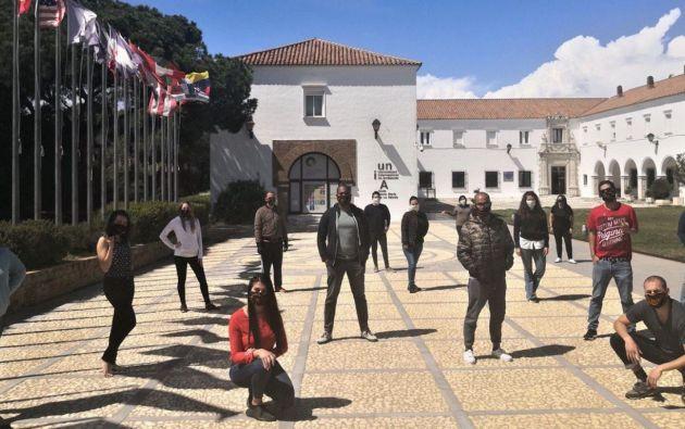 Los 20 estudiantes que están confinados en la residencia de la Universidad Internacional de Andalucía. Foto: Twitter de la Universidad Internacional de Andalucía.