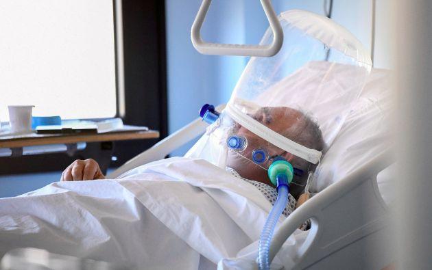 El casco CPAP es un sistema de ventilación asistida no invasiva que aísla al paciente para evitar posibles contagios. (REUTERS)