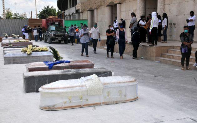 Largas filas de carros afuera de un cementerio de Guayaquil transportaban los féretros. La atención se dividían para aquellos que iban a ser sepultados en lotes o quienes estaban destinados a bóvedas.