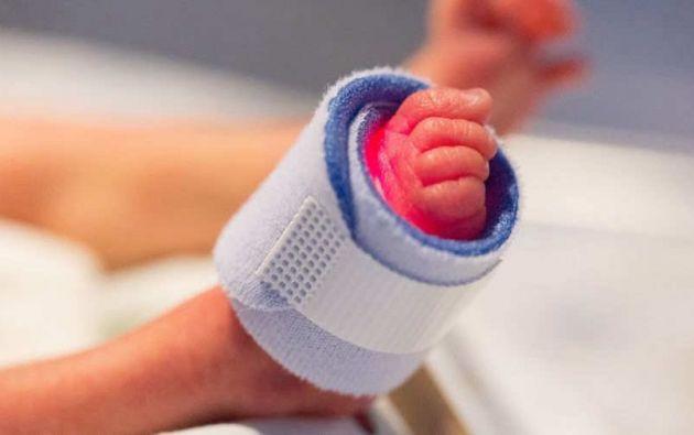 El bebé, que había nacido prematuramente el pasado viernes y presentó insuficiencia respiratoria, falleció la víspera y ahora su madre se encuentra aislada en tratamiento.