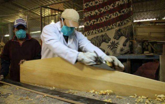 Las personas privadas de su libertad (PPL) fabrican los ataúdes a partir de madera, que fue donada por el Ministerio del Ambiente.