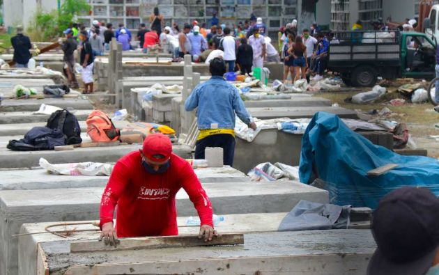 Encementan y contruyen tumbas para las víctimas del coronavirus en el cementerio Angela Maria Canalis de Guayaquil. Foto: Reuters.