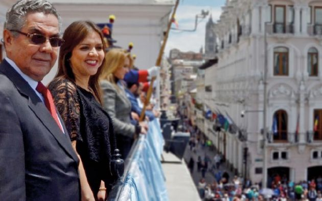 El 9 de octubre de 2017, Leonardo Vicuña se paró junto a su hija en el balcón de Carondelet.