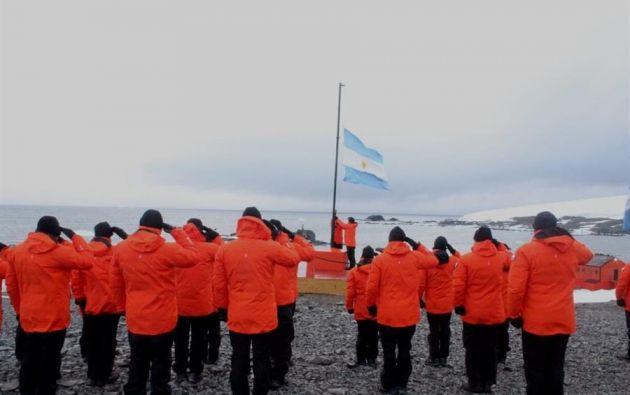 Fotografía cedida por el Ejército de Argentina que muestra a algunos de los 63 miembros de la argentina Base Esperanza en la Antártida, el único continente del mundo sin casos de coronavirus. Foto: EFE