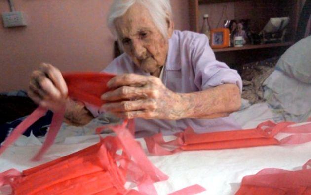 Mujer de 96 años dona mascarillas en Argentina. Foto: RT