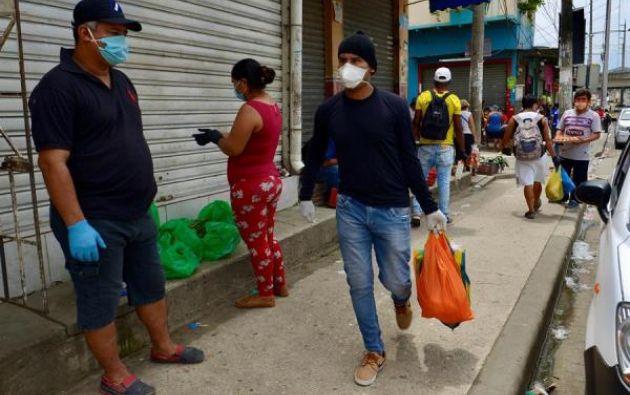 ¿Realmente ayuda a prevenir el contagio de covid-19 quitarse la ropa al entrar a la casa y lavar los productos? Foto:EFE