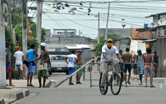 En uno de los barrios de Guayaquil, sus habitantes juegan fútbol en la calle en pleno toque de queda. Reconocen que el único momento que pasan dentro de sus hogares es cuando la Policía está cerca.