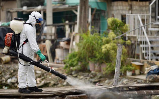 Los habitantes de los suburbios del sur de la urbe parecen desafiar a la pandemia cuando sus necesidades más básicas son otras. Foto: EFE