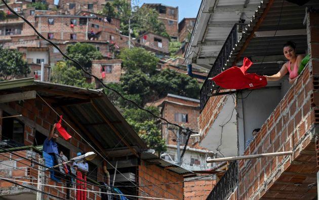 Muchas familias en Colombia han puesto un trapo rojo para informar que necesitan ayuda.  Foto:AFP