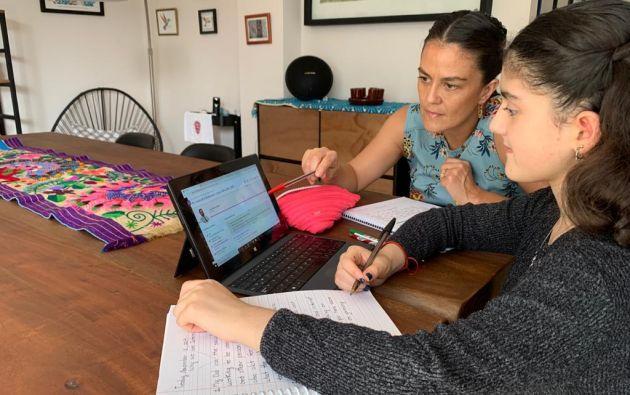 Alejandrina de Salazar acompaña a su hija Antonella en su adaptación a la educación virtual. Ella es una de los dos millones y medio de estudiantes del ciclo Costa- Galápagos que ya no iniciarán el 4 de mayo.