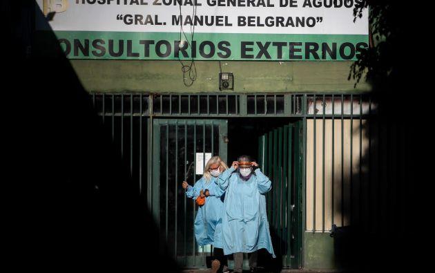 Personal médico circula por el Hospital Belgrano en Buenos Aires (Argentina). Foto: EFE.