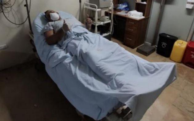 El vigilante fue agredido con varios cortes en la pierna derecha.