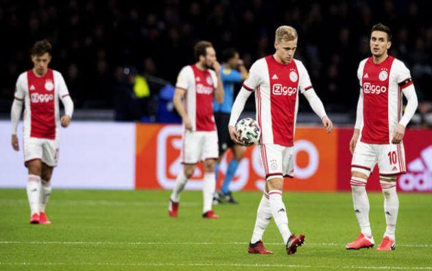El vigente campeón, Ajax de Amsterdam, buscaba revalidar su título y se situaba en la punta de la Liga Holandesa de Fútbol. Compartía puntaje con el AZ Alkmaar.