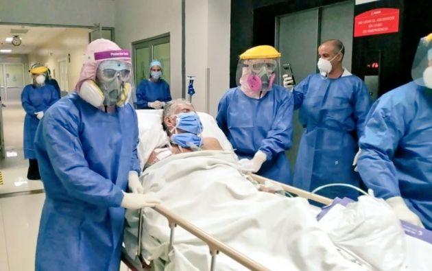 La Unidad de Cuidados Intensivos despidió al tercer paciente COVID19 que se recupera | Twitter Hospital General IESS Santo Domingo