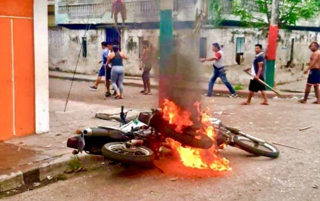 Una motocicleta de un agente fue quemada durante el incidente.| Twitter Fiscalía