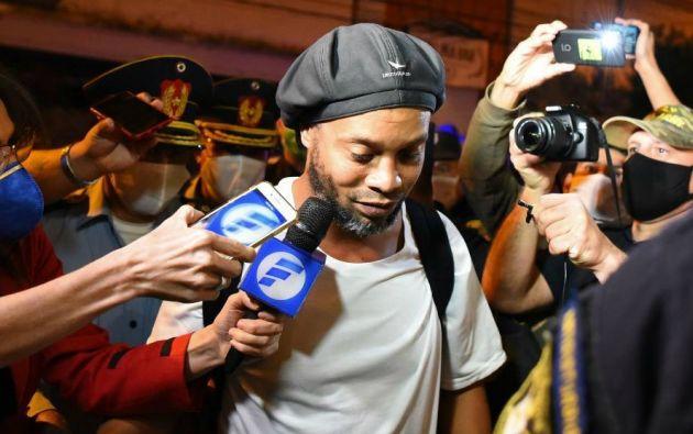 El exjugador del FC Barcelona, Ronaldinho, fue detenido al ingresar a Paraguay con un pasaporte falso.