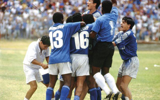 El gol de Iván Hurtado de tiro libre ante Green Cross, permitió a Emelec obtener su séptima estrella en 1993. Los jugadores celebran con Iván Hurtado el gol del campeonato.