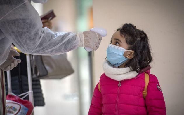 """En un comunicado dirigido a los médicos, el servicio nacional de salud de Inglaterra (NHS en inglés) señaló que hay una """"creciente preocupación"""" acerca de que un """"síndrome inflamatorio relacionado con COVID-19 esté surgiendo en niños del Reino Unido, o que pueda haber otro patógeno infeccioso, todavía no identificado, que esté asociado a estos casos""""."""