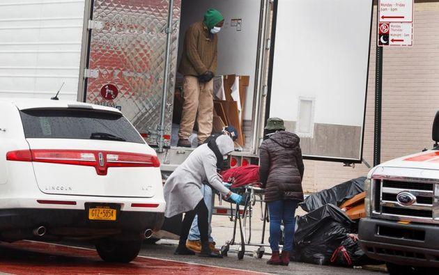 Remueven cuerpos de un camión de mudanza en Nueva York. Foto: EFE.
