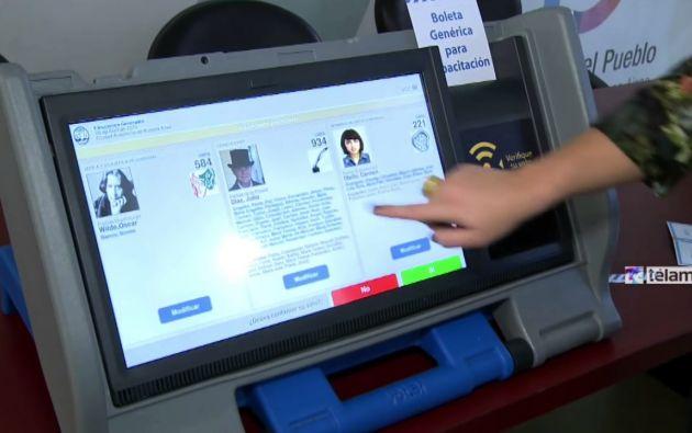 El sistema de voto electrónico necesita de una máquina de votación con papeleta inteligente, cuyo costo ronda los $56 millones, y el de la urna electrónica, de $121,5 millones. El elector igual debe acercarse a los recintos.
