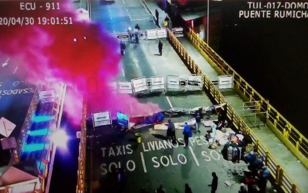 Imagen del ECU911 de los disturbios sobre el puente de Rumichaca, en la frontera con Colombia, después de que decenas de migrantes venezolanos que estaban varados allí desde hace días intentaran cruzar por la fuerza y fueran reprimidos con gases lacrimógenos por la Policía colombiana. Los venezolanos exigían cruzar a Colombia para regresar a su país, aunque las fronteras están cerradas desde marzo por la pandemia del coronavirus.