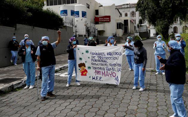 Grupos de trabajadores del Hospital Eugenio Espejo de Quito realizan un plantón por el Día del Trabajo, para reclamar mayores ayudas con implementos sanitarios para combatir el contagio del coronavirus y en demanda del respeto a los puestos de trabajo.