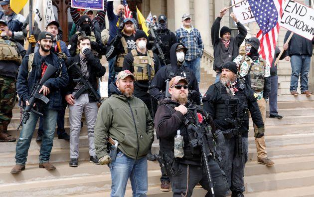 Manifestantes, incluidos algunos que portaban armas, ingresaron al edificio del legislativo en el estado estadounidense de Michigan (noreste) y exigieron que el gobernador demócrata levante las estrictas órdenes de confinamiento por el coronavirus, mientras algunos legisladores se pusieron chalecos antibalas.