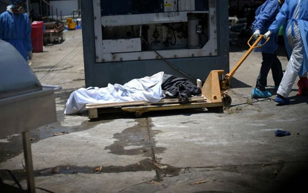 Ecuavisa denunció que los contenedores ubicados en el Hospital del Guasmo estaban llenos de cadáveres que, por el grado de putrefacción, algunos no podían ser reconocidos.