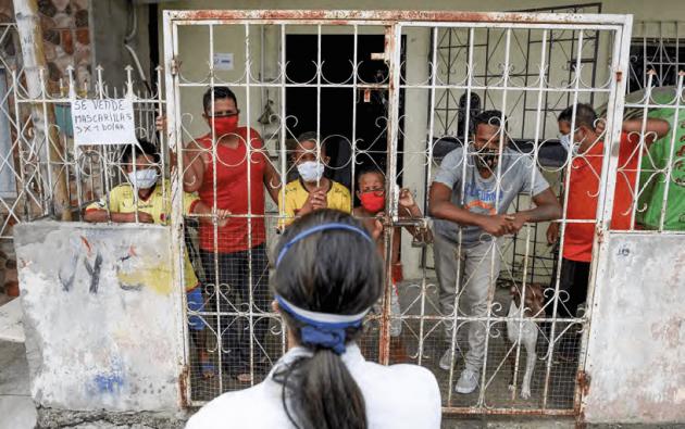 EL 60 POR CIENTO de la población económicamente activa tiene un empleo inadecuado o está desempleada. Según Cordes, desde antes de la pandemia, una cuarta parte de ecuatorianos estaba en situación de pobreza o sobreviviendo con tres dólares al día o menos. Hoy no tienen qué comer.