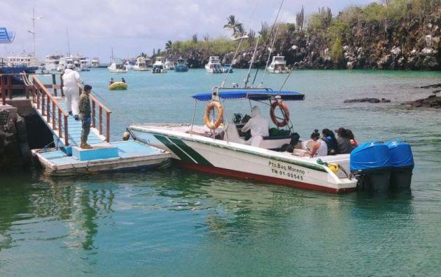 El presidente del Consejo de Gobierno de Galápagos, Norman Wray, comentó que algunos tripulantes llevan más de cuarenta días en las embarcaciones y que, debido a un protocolo de seguridad marítima, no pueden abandonar los barcos salvo en situaciones humanitarias de salud o circunstancias de fuerza mayor.