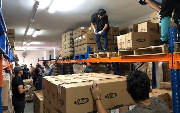 Ayer, la Gobernación del Guayas informó que junto a la Arcsa retiraron frasco de alcohol en gel de las bodegas de un laboratorio (marca Weir).