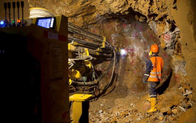 """En medio de una falta de liquidez apremiante, Ecuador cree que la minería es su salvavidas para inyectar dinero rápido a las arcas públicas, pese a la oposición de ecologistas e indígenas que la ven como una calamidad más contra el medioambiente que arrastra, además, un alto precio """"social""""."""