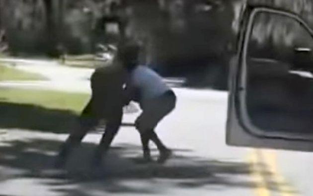 Captura del vídeo. El joven afroamericano es increpado por dos personas desde una camioneta. Una de ellas lo acorraló, mientras la otra le disparó desde el balde.
