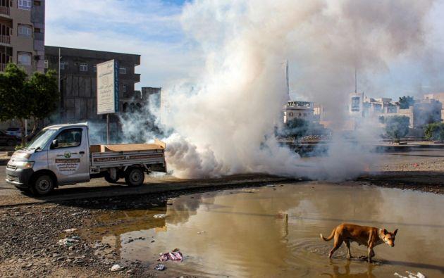 En Yemen continúan con las fumigaciones para evitar el avance de la malaria. Foto: AFP.