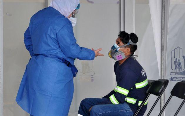 Un paciente es atendido en un hospital de Guayaquil, ciudad que se mantiene en rojo. Foto: AFP.
