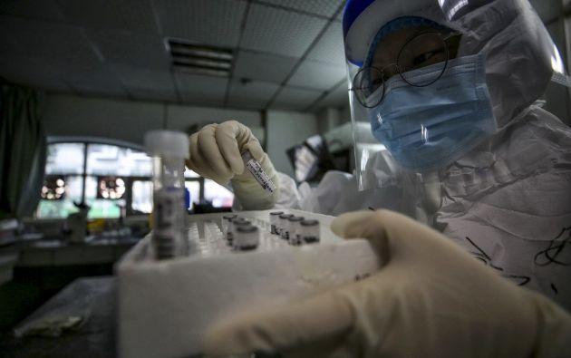 """Varios médicos de Wuhan que dieron la alerta sobre el nuevo virus fueron hostigados y acusados de propagar """"rumores"""". Foto: AFP."""