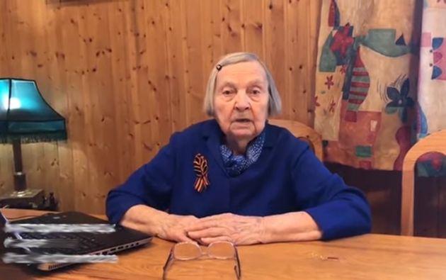 Con 97 años a cuestas, la rusa Zinaída Kórnieva, veterana de la Segunda Guerra Mundial, se asoma todos los días a su blog con el fin de recaudar dinero para las familias de los médicos muertos.
