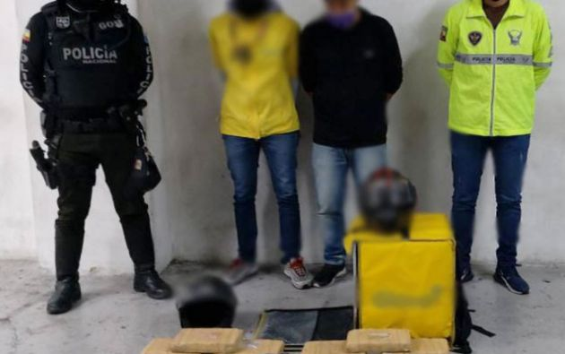 Los dos sujetos transportaban 15 kilos de marihuana en una canasta de encargos.