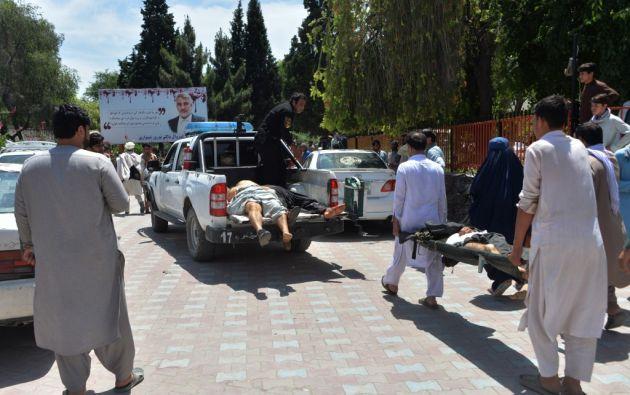 El ataque suicida en un funeral en Kabul, capital de Afganistán, dejó 40 fallecidos y decenas de heridos.