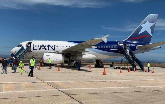 LATAM Airlines realizó un vuelo especial hacia Galápagos para trasladar a 108 residentes de las Islas, y pintas de sangre para una menor de edad.