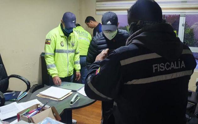 El alcalde de Antonio Ante, Rolando López, explicó que él hizo la denuncia que derivaron en los allanamientos. Según informó la Fiscalía, el GAD municipal compró equipos e implementos de bioseguridad con sobreprecio, circularon fotos de los contratos.