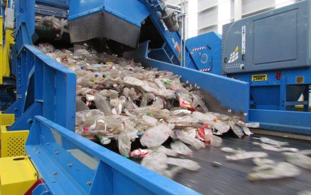 Es importante separar y reciclar los envases PET, no solo para reducir las toneladas que se acumula, sino para ayudar a los recicladores de base en su trabajo y para que más envases PET sirvan para elaborar nuevos.