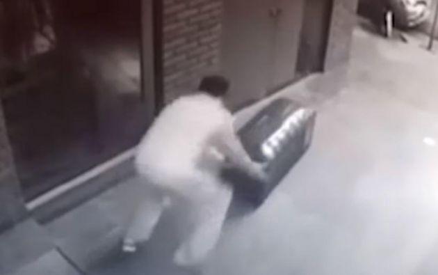 Prueba. Coronel fue filmado el lunes sacando un baúl en el que se presume que estaba el cuerpo. (Captura Video)