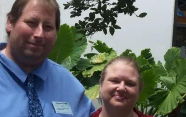 Brian Lee Hitchens junto a su esposa. | Imagen de Facebook