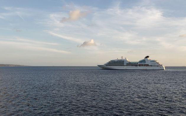 Cientos de cruceros están detenidos en medio del mar desde que empezó la pandemia. Foto: AFP.
