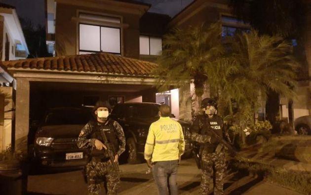 En el proceso de allanamientos, tanto en Guayaquil como en Samborondón, se incautaron equipos electrónicos, teléfonos celulares, documentos y $5250 en efectivo.